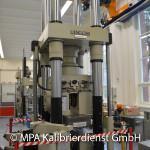 Kraft und Länge - 4000 kN Zug-Druckprüfmaschine
