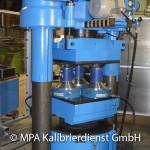 Werkstoffprüfmaschinen und Prüfstände - 10000 kN Maschine Kalibrierung mit 3 5000 kN Referenzaufnehmer