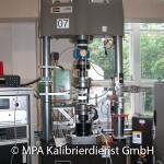 Kraft und Länge - 100 kN Zug-Druckprüfmaschine